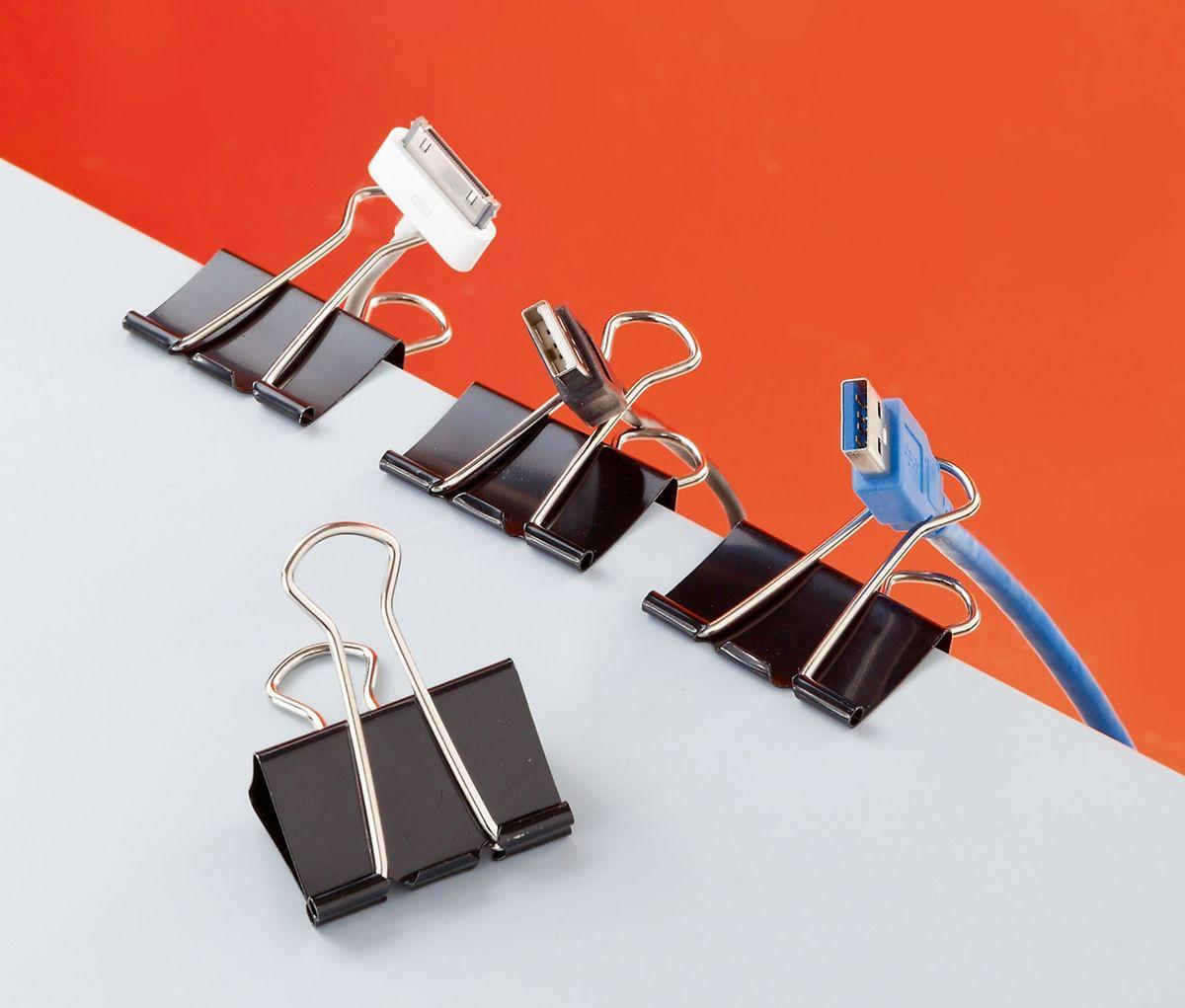 Mit Foldback-Klammern lassen sich die vielen USB-Kabel am Schreibtisch ordnen.