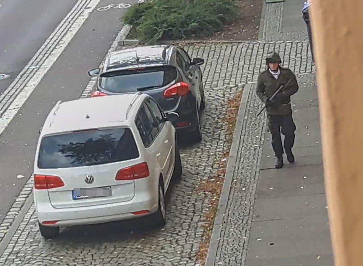 Ein bewaffneter Angreifer geht durch die Straßen von Halle/Saale.