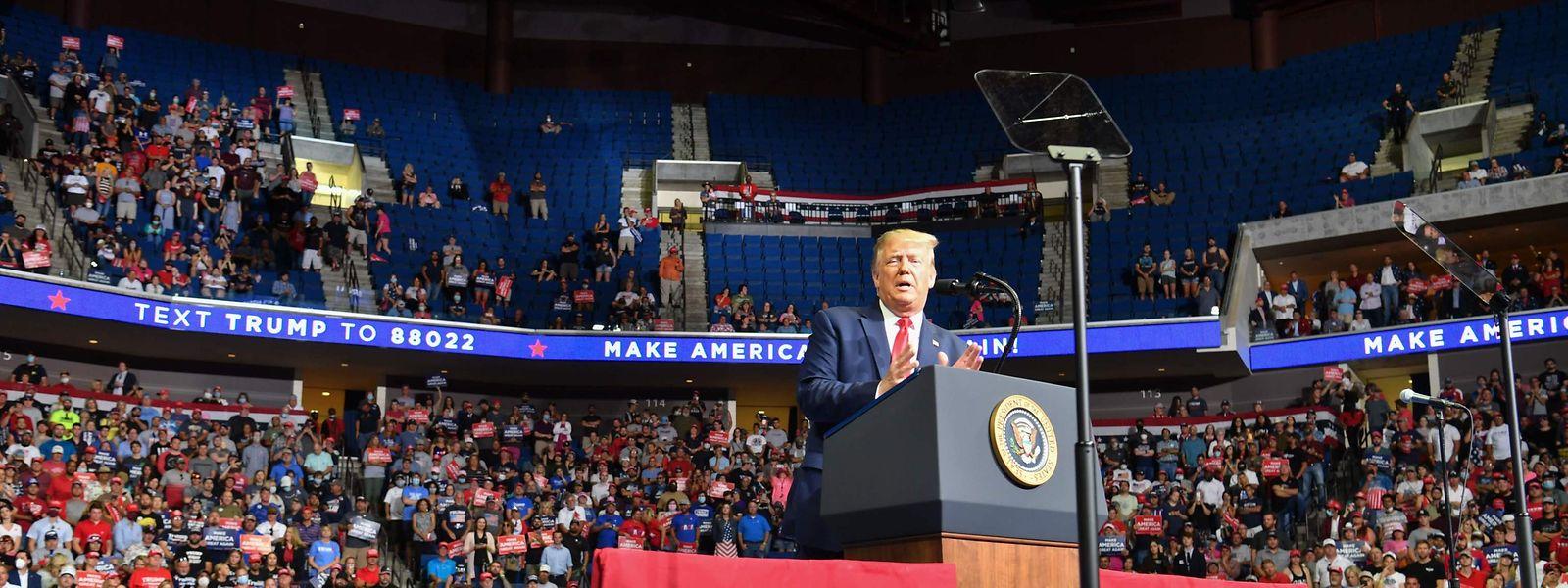 Donald Trump wurde stark kritisiert weil er inmitten der Corona-Pandemie im BOK Center am 20. Juni 2020 in Tulsa, Oklahoma, eine Wahlkampfverstaltung veranstaltete.