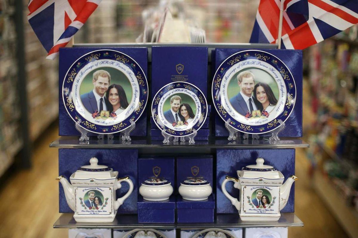 Die offiziellen Souvenirs im Laden des Buckingham Palasts kosten ein kleines Vermögen. Rund 155 Euro schlägt eine Tasse zu Buche. Viele Touristen greifen lieber zu den billigeren Kopien in den Souvernirshops.