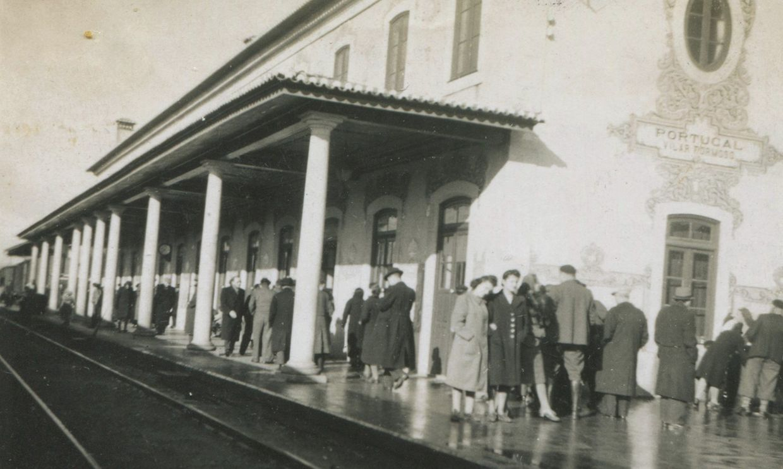 Passageiros do comboio proveniente do Luxemburgo retidos dez dias em Vilar Formoso. Fotografia tirada no dia em que, pela primeira vez, tiveram permissão para passear durante meia hora no cais. Em primeiro plano, de casacão claro, Rachel Wolf-Galler, Novembro de 1940.