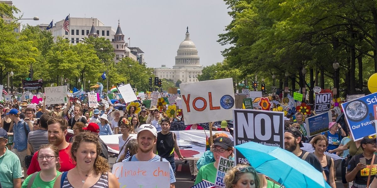 Demonstranten in Washington D.C. fordern die US-Regierung auf, sich an das Pariser Abkommen zu halten.