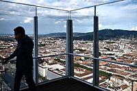 Ein Mann steht auf der Terrasse der Bank Intesa Sanpaolo in Turin.