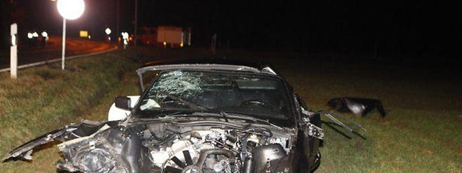 Das Auto landete nach mehreren Zusammenstößen mit Bäumen in einem Feld.