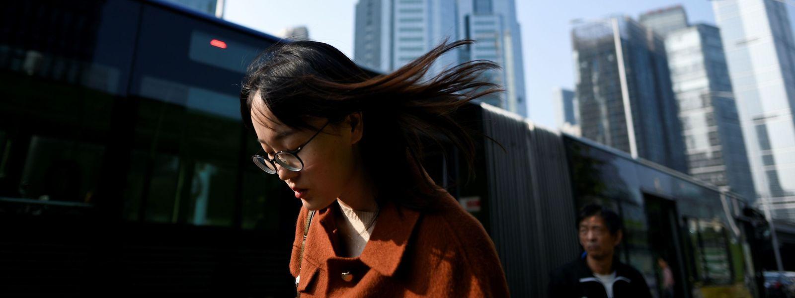 Eine Fußgängerin im Pekinger Finanzviertel: Die Aussichten für Chinas Wirtschaft sind nicht rosig.