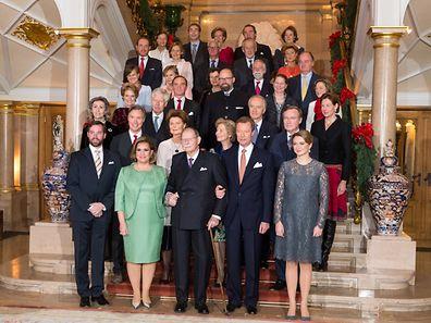 1ère rangée :Leurs Altesses Royales le Grand-Duc Héritier, la Grande-Duchesse, le Grand-Duc Jean, le Grand-Duc et la Grande-Duchesse Héritière.2ème rangée :Son Altesse Royale le Prince Guillaume de Luxembourg, Son Altesse Sérénissime la Princesse Margaretha de Liechtenstein, Son Altesse Impériale et Royale l'Archiduchesse Marie-Astrid d'Autriche et Son Altesse Royale le Prince Jean de Luxembourg.3ème rangée :Son Altesse Royale la Princesse Sibilla de Luxembourg, Son Altesse Sérénissime le Prince Nicolas de Liechtenstein, Son Altesse Impériale et Royale l'Archiduc Christian d'Autriche et la Comtesse Diane de Nassau.4ème rangée :Son Altesse Royale la Princesse Eléonore de Ligne et Son Altesse le Prince Michel de Ligne, Son Altesse Royale le Prince Robert de Luxembourg, la Baronne Sophie de Potesta et la Comtesse Monica de Holstein-Ledreborg.5ème rangée :La Comtesse Silvia de Holstein-Ledreborg, la Comtesse Lydia de Holstein-Ledreborg, Son Altesse la Princesse Anne de Ligne, le Baron Jean-Louis de Potesta et Monsieur Henrik de Jonquières.6ème rangée :Monsieur John Munro of Foulis, la Comtesse Tatiana de Holstein-Ledreborg, Son Altesse le Prince Wauthier de Ligne, le Chevalier Charles de Fabribeckers de Cortils de Grâce et Son Altesse la Princesse Sophie de Ligne.7ème rangée :La Comtesse Antonia de Holstein-Ledreborg, Monsieur Mark von Riedemann, Son Altesse la Princesse Régine de Ligne, Son Altesse le Prince Lamoral et la Princesse Jacqueline de Ligne.