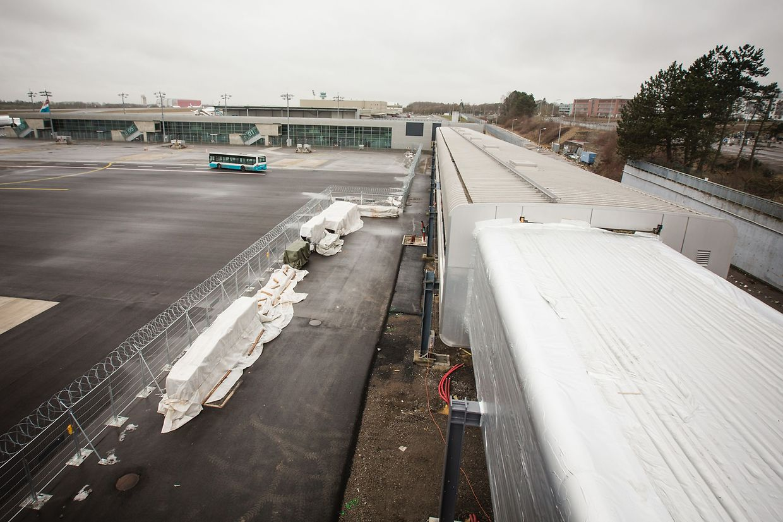 Im Mai soll das Terminal B (im Hintergrund) über eine Verbindungsbrücke wieder in Betrieb gehen, wodurch die Kapazität auf zirka vier Millionen Passagiere ansteigt.