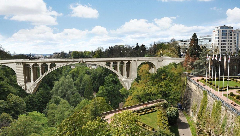 Durch die Leichtmetallkonstruktion wird die alte Ansicht des Pont Adolphe kaum gestört.