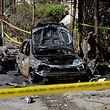 Ermittler untersuchen das Fahrzeug, in dem die Bombe versteckt war.