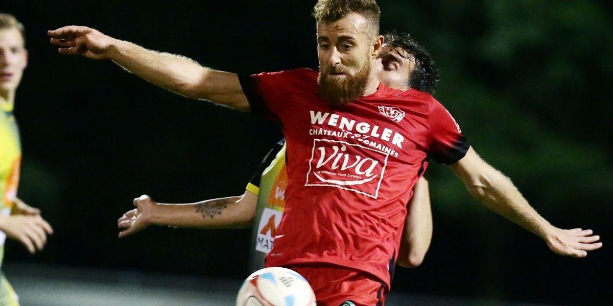 Rosports Alexandre Karapetian versucht, den Ball vor einem Niederkorner Spieler zu schützen.