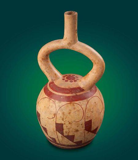 """Als """"Kultgefäß mit Treppen- und Spiralmotiv"""" bezeichnet der Katalog das Objekt, das Calderon in seinem Museum vermisst."""