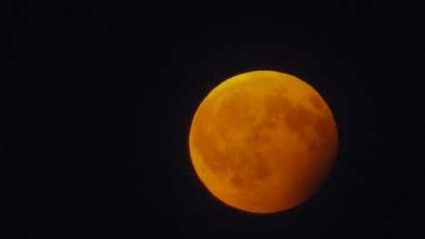 Auf der rechten Seite sieht man, wie der Mond in den Erdschatten eintaucht.