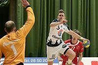 FLH Handball AXA League Meisterschaft der Maenner 2018-2019 zwischen dem HB Red-Boys Differdange und dem HB Esch am 07.12.2019 Tom KRIER (5 HBE) vor Mikel MOLDRUP (1 RB D)