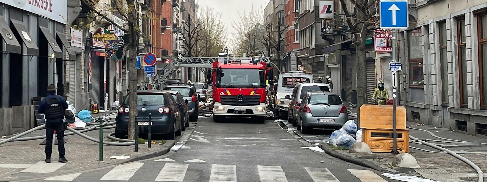 In der Nacht zum Montag sind mindestens 24 Menschen verletzt oder mit Rauchvergiftungen ins Krankenhaus gekommen, darunter vier Feuerwehrleute.
