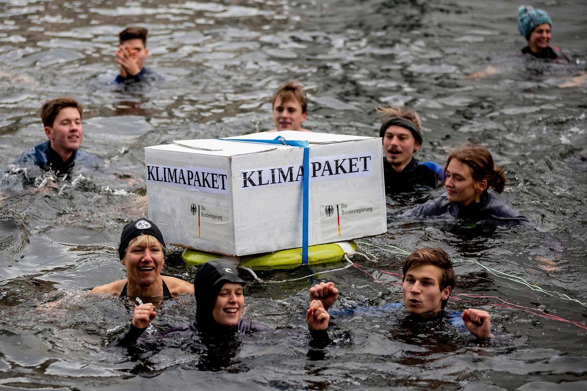 Aktivisten gingen in der eiskalten Spree baden.