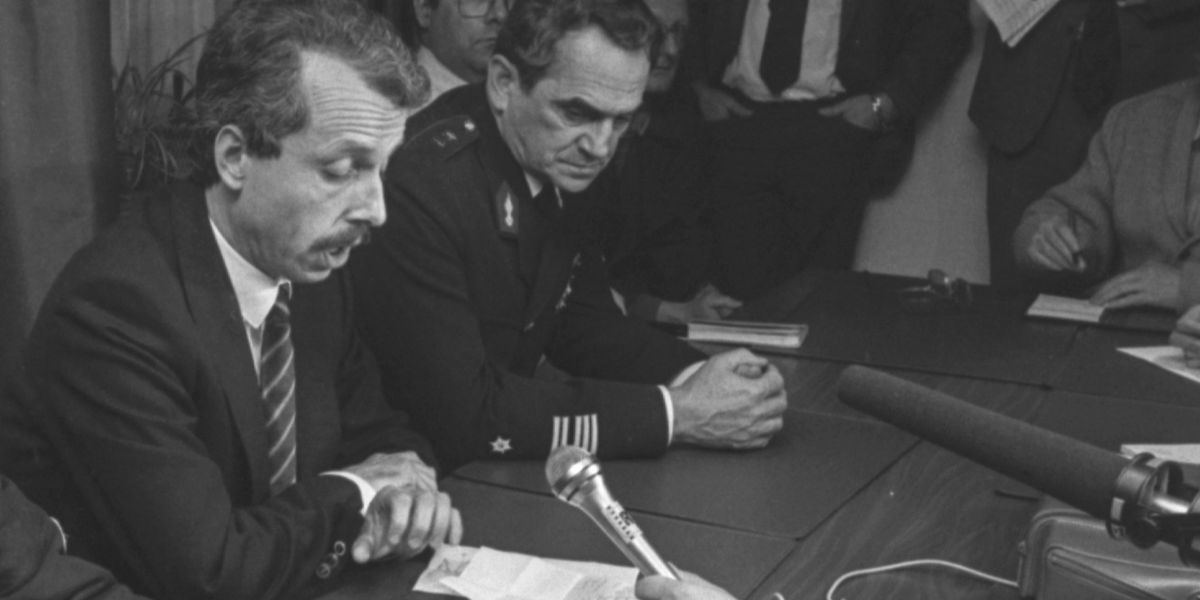 Marc Fischbach und Aloyse Harpes Anfang November 1985 nach dem Banküberfall auf die BIL, bei dem der junge Polizist Patrice Conrardy erschossen wurde. Das Verhältnis zwischen dem Minister und dem Gendarmerieoffizier war angespannt.