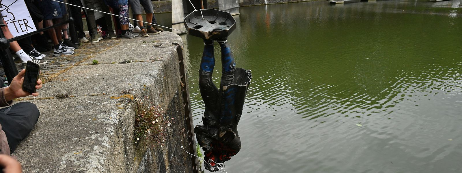 Demonstranten versenken im Hafen von Bristol bei einem Protest gegen Rassismus und Polizeigewalt die Statue von Edward Colston.