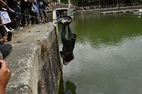 07.06.2020, Großbritannien, Bristol: Demonstranten versenken im Hafen von Bristol bei einem Protest gegen Rassismus und Polizeigewalt die Statue von Edward Colston. Colston war ein Kaufmann und Sklavenhändler im 17. Jahrhundert. Weltweit drücken Menschen ihre Solidarität nach dem gewaltsamen Tod von George Floyd durch einen weißen Polizisten am 25. Mai in der US-Stadt Minneapolis aus. Foto: Ben Birchall/PA Wire/dpa +++ dpa-Bildfunk +++