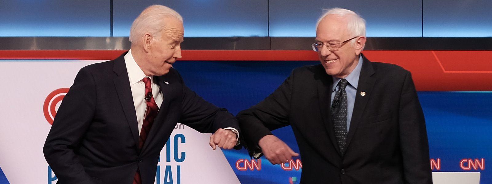 Der demokratische Kandidat für die Bewerbung um die US-Präsidentschaft, Senator Bernie Sanders (r.), und sein Kontrahent, der ehemalige Vizepräsident Joe Biden, begrüßen sich vor einer Debatte am 15. März im Fernsehen mit einem Ellbogenstoß statt mit Handschlag. Sanders steigt aus dem Präsidentschaftsrennen der US-Demokraten aus und macht damit den Weg frei für eine Kandidatur des Ex-US-Vizepräsidenten Biden.