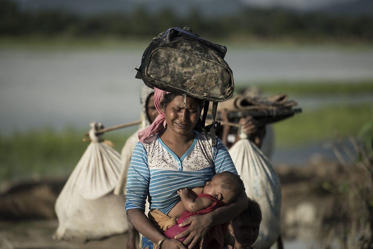 Auch diese verzweifelte Rohingya-Mutter mit ihrem Baby versucht sich nach Bangladesch durchzuschlagen.