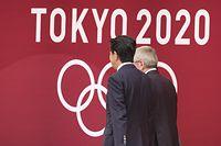 """ARCHIV - 24.07.2019, Japan, Tokio: Der Präsident des Internationalen Olympischen Komitees (IOC), Thomas Bach (r), und der japanische Premierminister Shinzo Abe nehmen an der """"One Year to Go""""-Zeremonie für die Olympischen Spiele 2020 in Tokio teil. (zu dpa: «Bericht: IOC-Präsident Bach und Abe reden über Olympia-Verschiebung») Foto: Rodrigo Reyes Marin/ZUMA Wire/dpa +++ dpa-Bildfunk +++"""