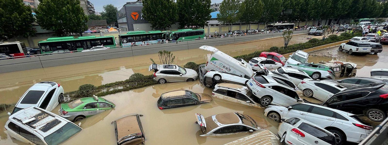 In der chinesischen Stadt Chengdu in der Provinz Henan haben die Fluten Autos aufeinander gestapelt, als wären es Bauklötze.