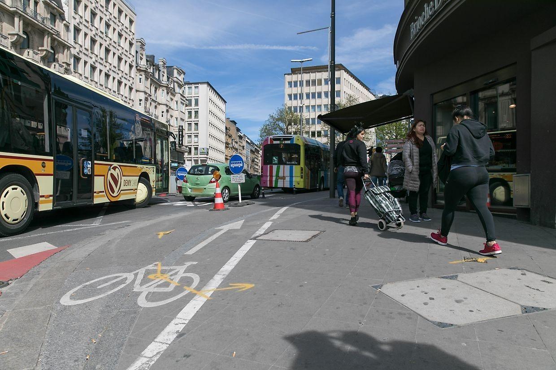 Für Radfahrer ist nicht erkennbar, wie sie vom Bahnhof zum neuen Radweg gelangen können. Zuvor müssen sie sich ihren Weg an Bussen, Autos und Lastwagen am Bahnhof vorbei bahnen, denn die bisherige Radspur wurde wegradiert.