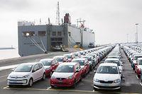 """ARCHIV - 09.03.2018, Niedersachsen, Emden: Fahrzeuge des Volkswagen-Konzerns stehen im Hafen von Emden zur Verschiffung bereit. (Zu dpa """"EU-Handelskommissarin rechnet nicht mit US-Autozöllen in dieser Woche"""") Foto: Jörg Sarbach/dpa +++ dpa-Bildfunk +++"""