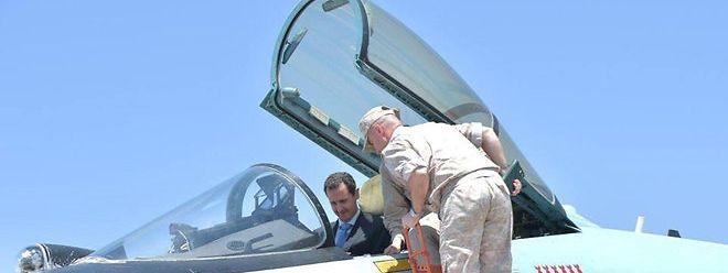 Der Syrische Diktator Baschar Al-Assad besuchte am Dienstag Einheiten der russischen Luftwaffe in Syrien.