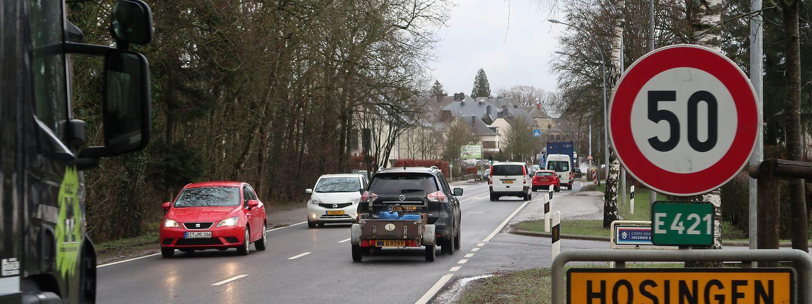 Nach der Inbetriebnahme der Umgehungsstraße wird die Ortsdurchfahrt von Hosingen, wo täglich rund 20.000 Fahrzeuge passieren, zurückgebaut. Auch wird eine Fahrradpiste angelegt und eine Geschwindigkeitsbegrenzung von 30 Kilometern pro Stunde eingeführt.