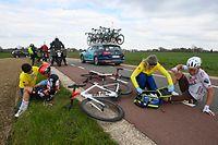 18.04.2021, Niederlande, Berg en Terblijt: Radsport: UCI WorldTour, Amstel Gold Race, Valkenburg - Berg en Terblijt (218,36 km), Eintagesrennen: Sylvain Moniquet (l) aus Belgien vom Team Lotto Soudal und Bob Jungels aus Luxemburg vom Team ag2r Citroën werden nach einem Sturz betreut. Foto: Eric Lalmand/BELGA/dpa +++ dpa-Bildfunk +++