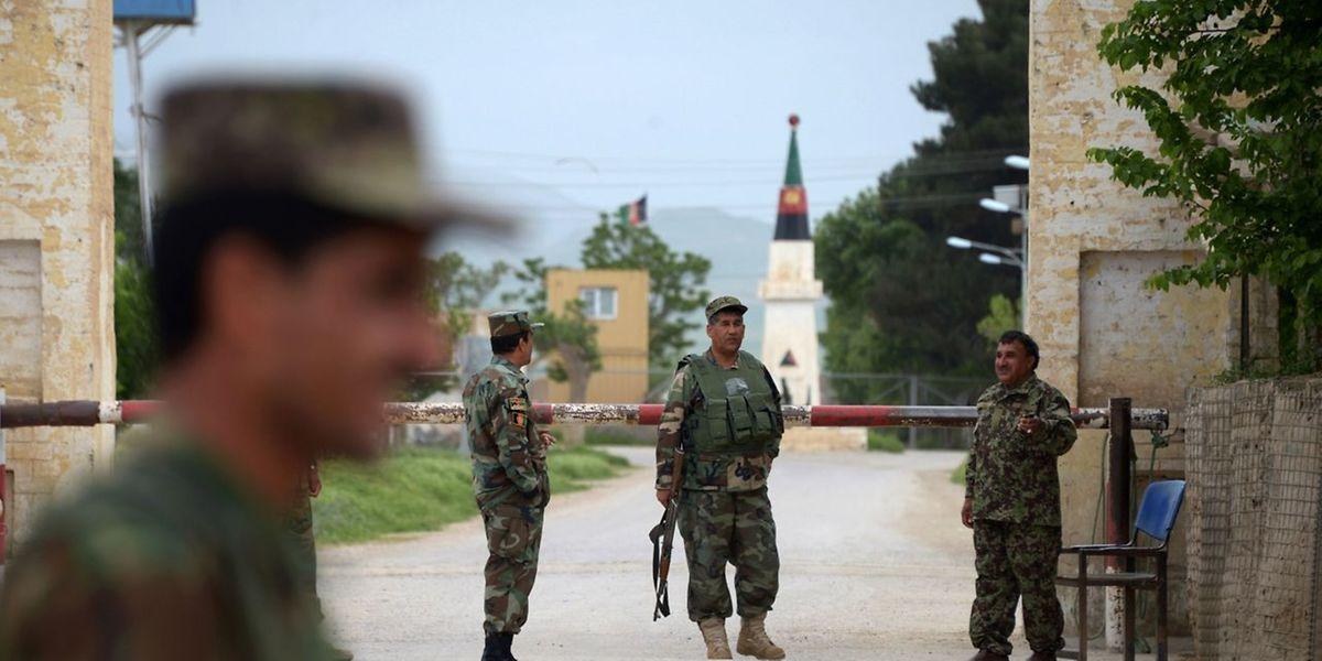 «Les assaillants sont arrivés à bord de Humvees et de camions de l'armée afghane et portaient des uniformes militaires», explique un officier de la base visée.