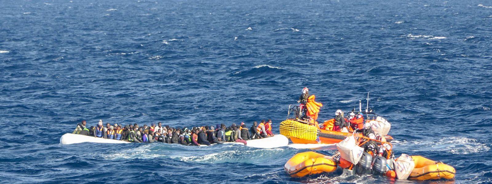 Immer wieder werden Bootsflüchtlinge im Mittelmeer aus prekären Situationen gerettet.