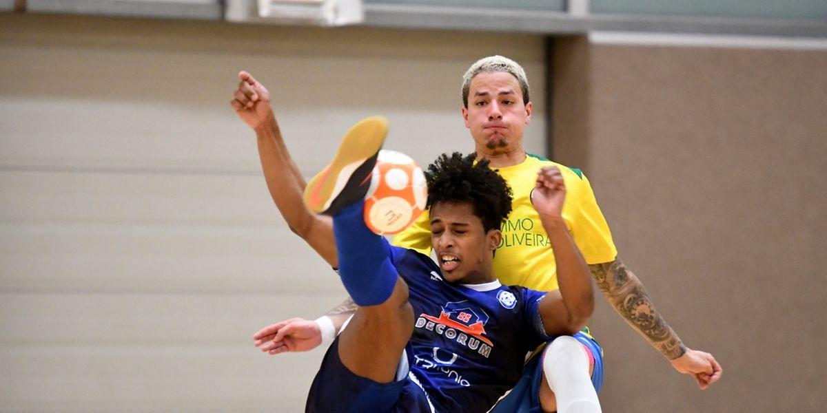 Alex Gonçalves pressé par Jordan Afoun mais l'US Esch a écarté le Samba 7 Futsal Niederkorn.