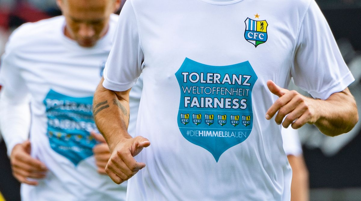 """Die Spieler des Chemnitzer FC tragen während der Erwärmung T-Shirts mit der Aufschrift """"Toleranz Weltoffenheit Fairness""""."""