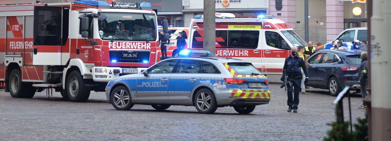01.12.2020, Rheinland-Pfalz, Trier: Einsatzkräfte von Polizei und Feuerwehr sind nahe der Fußgängerzone im Einsatz, in der einAuto mehrere Menschen erfasst und nach ersten Erkenntnissen zwei von ihnen tödlich verletzt hat. Foto: Harald Tittel/dpa +++ dpa-Bildfunk +++
