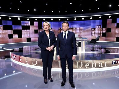 Candidates for the 2017 presidential election, Emmanuel Macron (R), head of the political movement En Marche !, or Onwards !, and Marine Le Pen, of the French National Front (FN) party, pose prior to the start of a live prime-time debate in the studios of French television station France 2, and French private station TF1 in La Plaine-Saint-Denis, near Paris, France, May 3, 2017.    REUTERS/Eric Feferberg/Pool     TPX IMAGES OF THE DAY