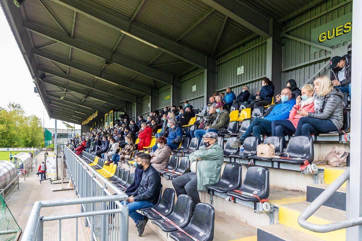 Erstmals waren im Fußball wieder Zuschauer erlaubt, wie hier in Niederkorn.