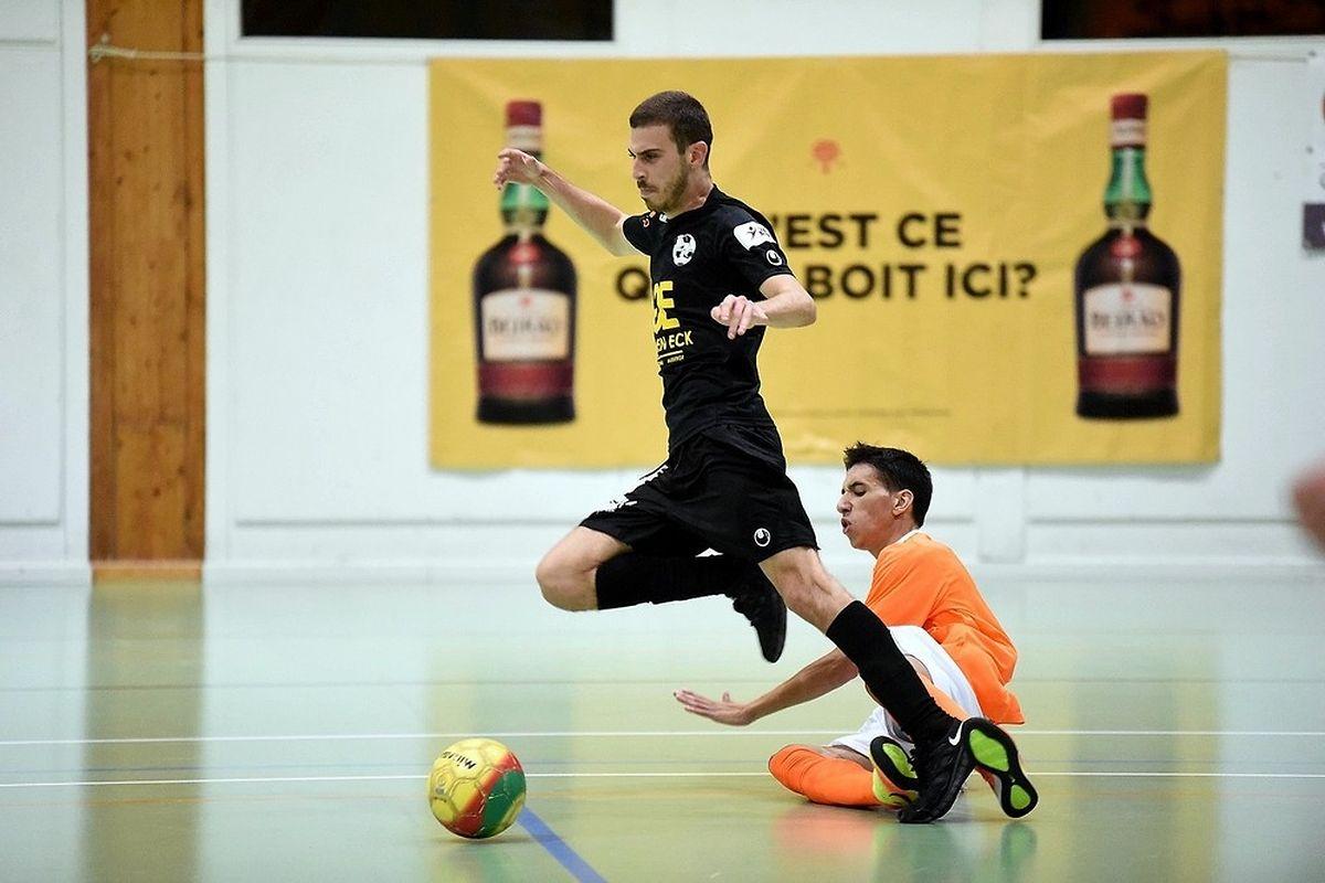 Joao Soares et l'Amicale Clervaux Futsal (en orange) ont posé des problèmes à Rafael dos Reis (Samba 7 ALSS).