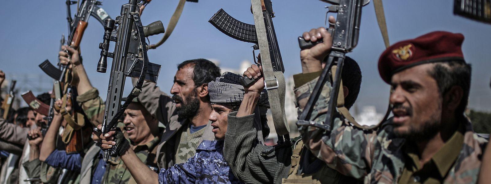 Huthi-Rebellen während einer Versammlung.