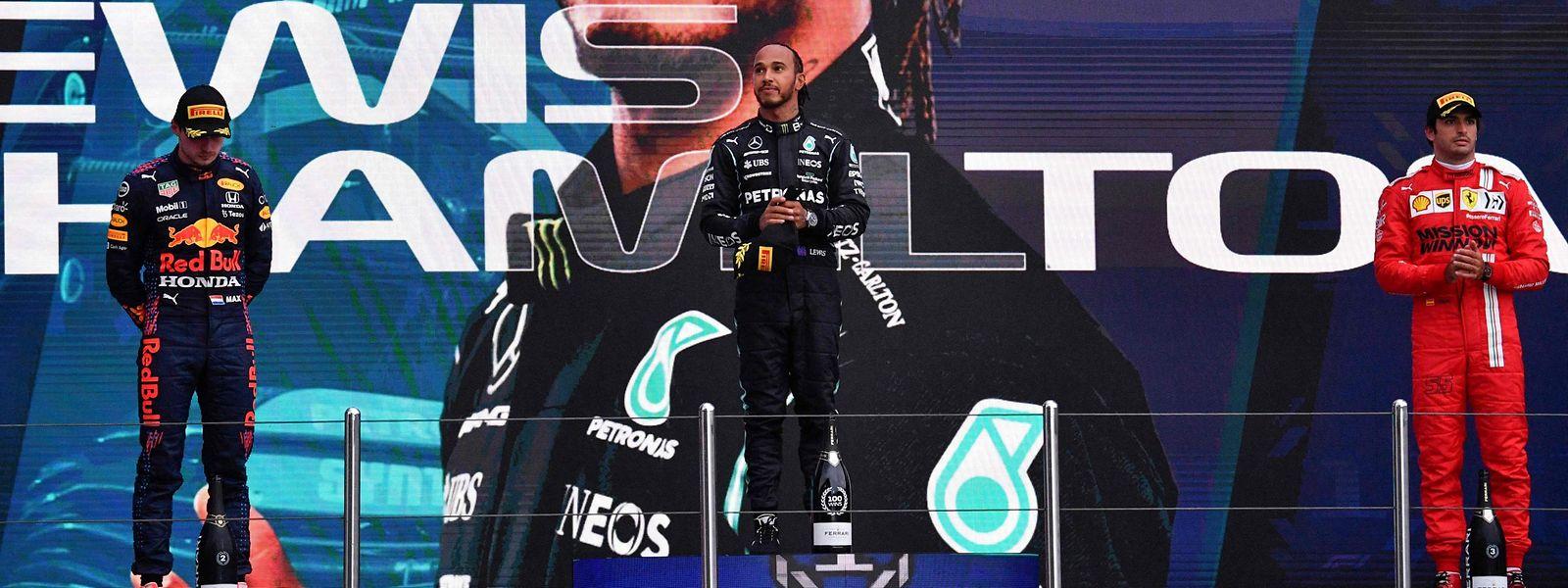 Lewis Hamilton gewinnt den Grand Prix von Russland vor Max Verstappen (l.) und Carlos Sainz jr. (r.).