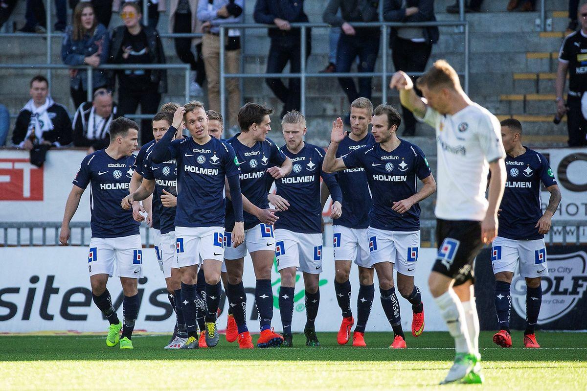 Alexender Fransson vient d'ouvrir très rapidement la marque pour Norrköping. Lars Gerson (en bleu, à dr.) apprécie.