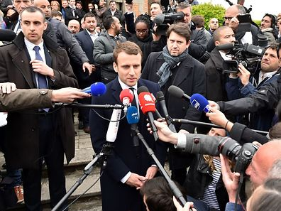 French presidential election candidate for the En Marche ! movement Emmanuel Macron speaks to the press after voting at a polling station in Le Touquet, northern France, on April 23, 2017, during the first round of the presidential election. / AFP PHOTO / Philippe Huguen