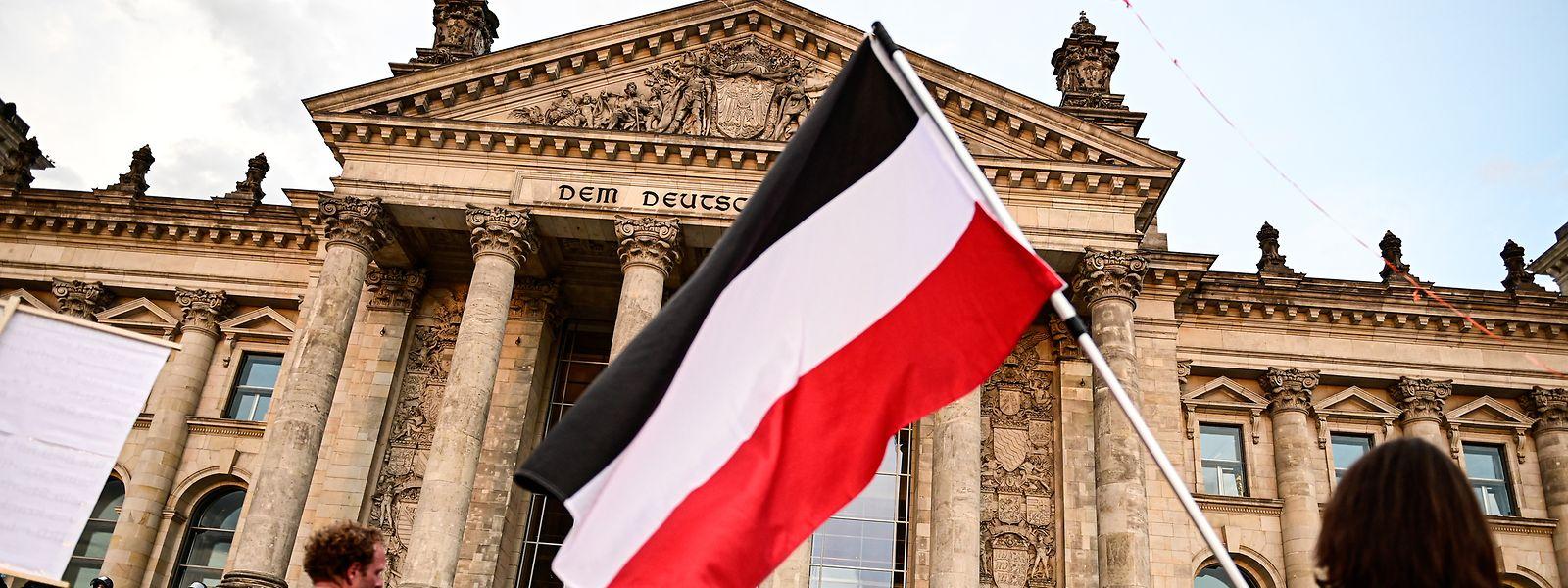 Bei einer Kundgebung gegen die Corona-Maßnahmen im August 2020 in Berlin zeigten Teilnehmer Reichsflaggen.