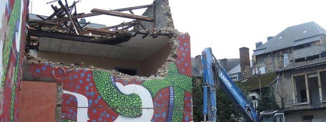 Die Abrissarbeiten am Komplex entlang der Rue Berwart haben begonnen. Ein Teil der Freske mit der zweiköpfigen Schlange Ignoramus ist bereits Geschichte.