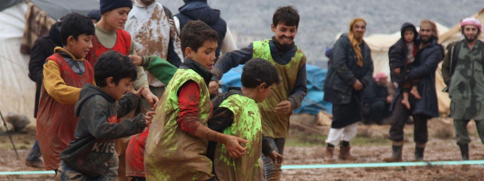 Syrische Kinder beim Fußballspiel.