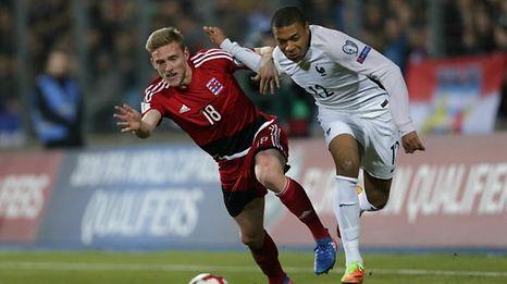 Kylian Mbappé (r.) und Laurent Jans werden wohl auch in Toulouse aufeinandertreffen.