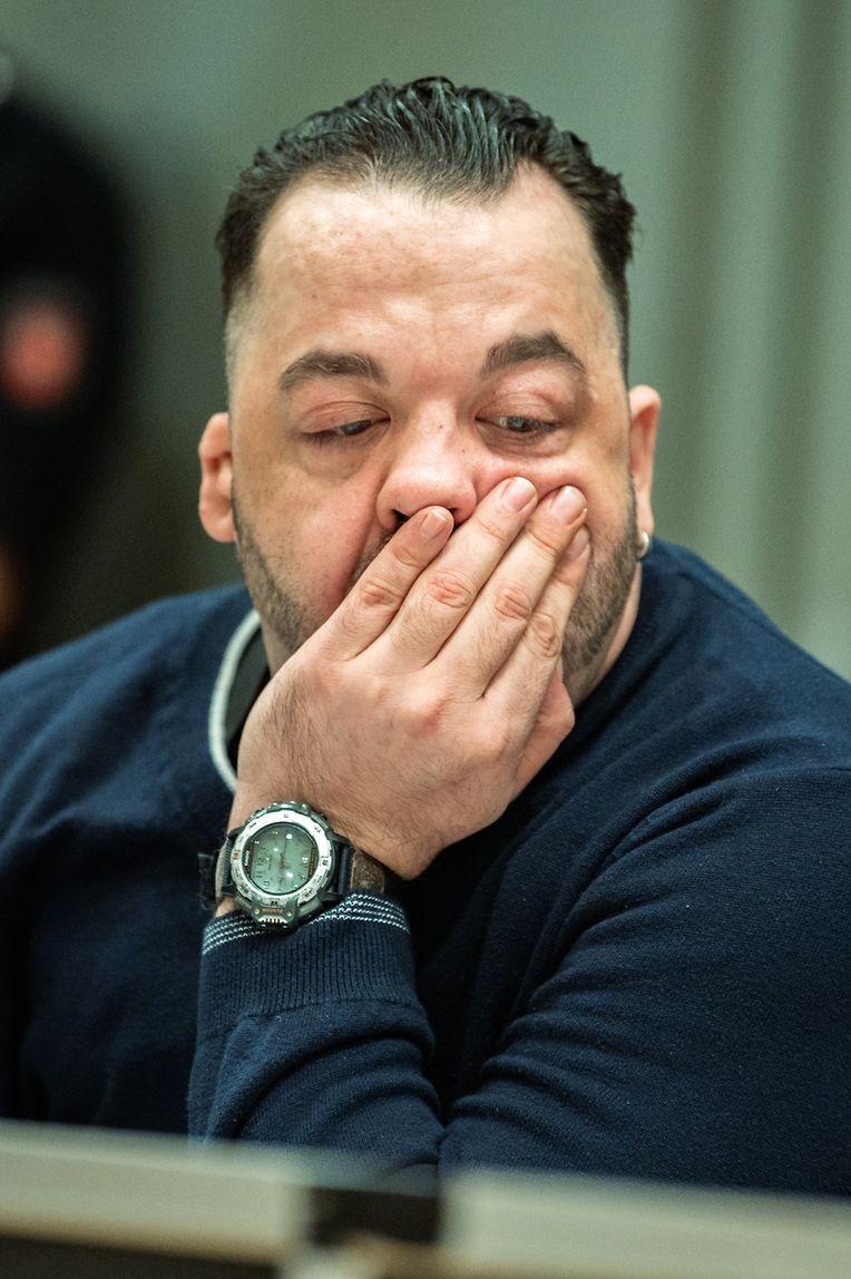 Der wegen Mordes an 100 Patienten an den Kliniken in Delmenhorst und Oldenburg angeklagte Niels Högel sitzt am Prozesstag mit seiner Hand am Gesicht im Gerichtssaal.