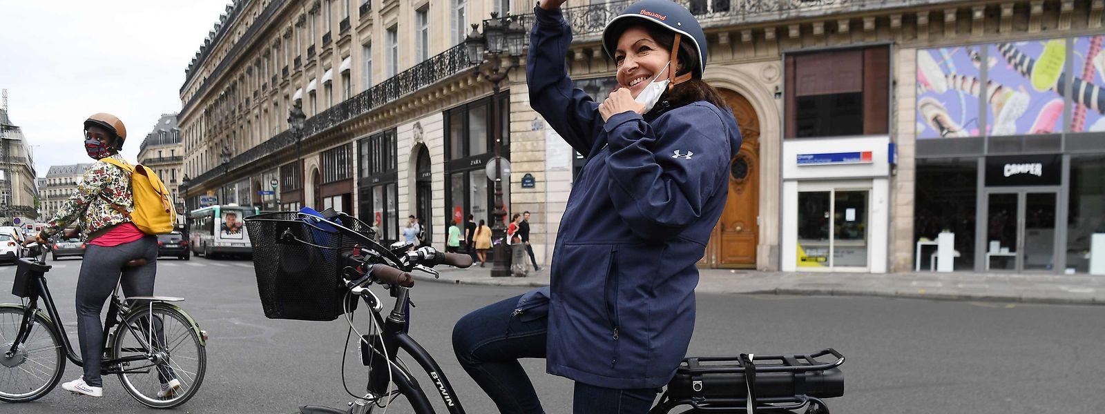 """Die Pariser Bürgermeisterin Anne Hidalgo hat seit der Corona-Pandemie zahlreiche neue """"pistes cyclables"""" ausweisen lassen."""