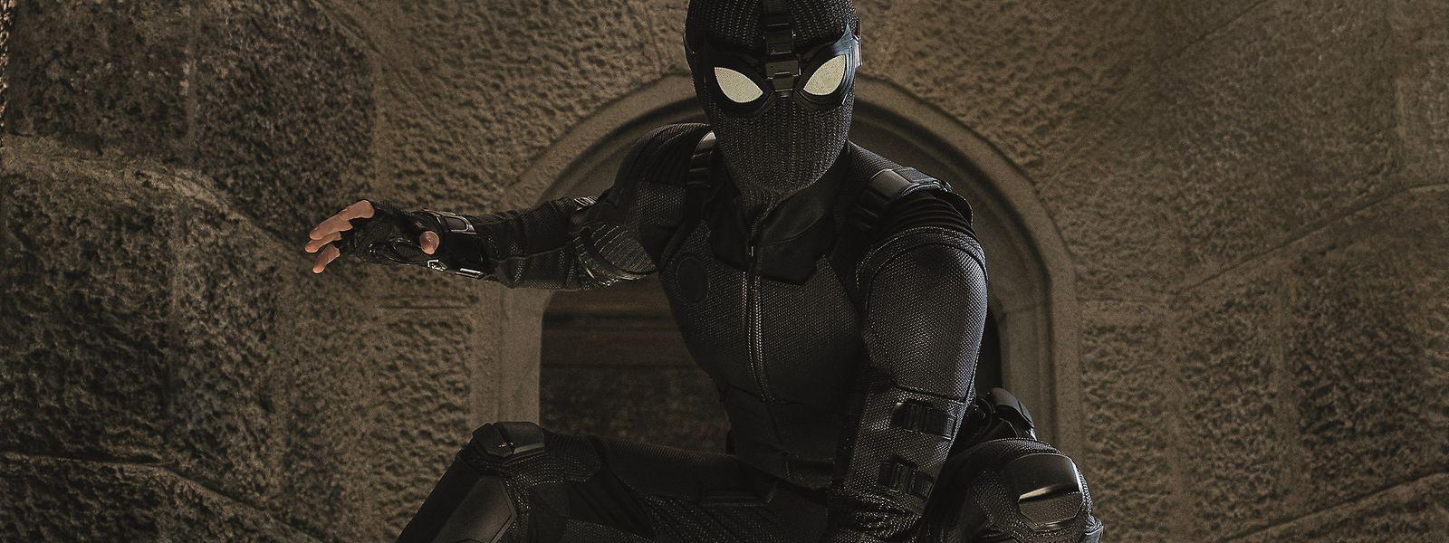 In Schwarz kennt man Spider-Man nicht: Doch auf einer Studienreise nach Europa muss Peter Parker improvisieren, um bei der Rettung der Welt mitzuhelfen.
